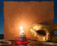 Einzelne Kerze auf schwarzem Hintergrund stockfoto