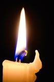Einzelne Kerze auf schwarzem Hintergrund Lizenzfreie Stockfotos