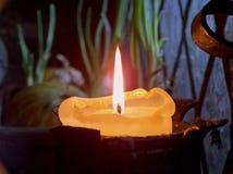 Einzelne Kerze auf schwarzem Hintergrund Lizenzfreie Stockbilder