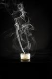 Einzelne Kerze und Kerzenrauch Lizenzfreies Stockfoto