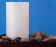 Einzelne Kerze und Steine Lizenzfreies Stockbild