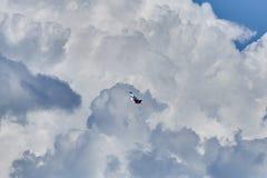 Einzelne Kunstfliegen der Flugzeuge MiG-29 vor dem hintergrund der schönen Wolken im Himmel von Gelendzhik-Bucht stockbilder