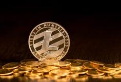 Einzelne Litecoin-Münze auf kleineren goldenen Münzen Lizenzfreies Stockbild