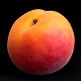 Einzelne reife Aprikose auf Schwarzem Lizenzfreie Stockfotos