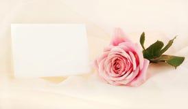 Einzelne rosafarbene Rose und Anmerkung Lizenzfreie Stockfotografie