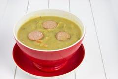Einzelne rote Suppenschüssel gefüllt mit niederländischer Suppe Lizenzfreies Stockbild