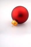 Einzelne rote Weihnachtsbaum-Verzierung stockfotografie