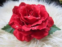 Schöne recht rote Roseblumen-Haarspange Stockbild
