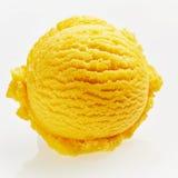 Einzelne Schaufel der gelb-orangeen Eiscreme lizenzfreies stockfoto