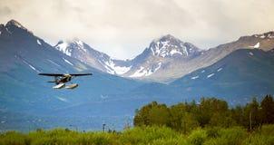 Einzelne Stützen-Flugzeug-Ponton-Flächen-Wasserung Alaska dauern für Stockfoto