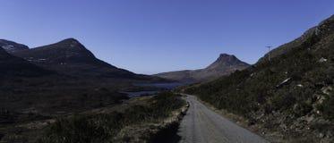 Einzelne Straße tief in Schottland stockbild