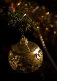 Einzelne Weihnachtskugel Stockfotografie
