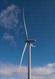 Einzelne Windturbine in der Sonne Stockbild