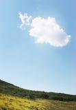 Einzelne Wolke im Himmel Lizenzfreies Stockbild