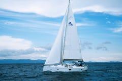 Einzelne Yacht in Adria Stockfotografie