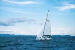 Einzelne Yacht in Adria Stockfoto