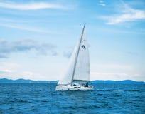 Einzelne Yacht in Adria Lizenzfreie Stockfotografie