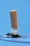 Einzelne Zigarette mit Asche stockfoto