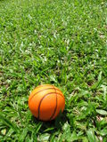 Einzelner Basketball auf dem Gras Lizenzfreies Stockfoto