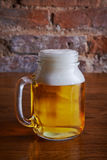 Einzelner Becher Bier auf Tabelle Stockfotografie