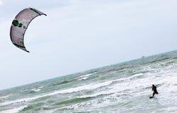 Einzelner Drachen-Surfer Lizenzfreie Stockfotografie