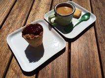 Einzelner Espresso mit Plätzchen und Himbeere Stockfotos