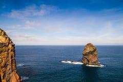 Einzelner Felsen der atlantischen Wellenzerstampfung Stockfotografie