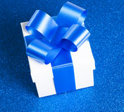 Einzelner Geschenkkasten Stockbild