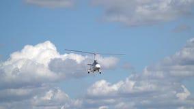 Einzelner Hubschrauber fliegt in den Himmel unter Wolken, Zeitlupe stock video