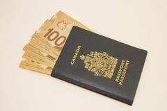 Einzelner kanadischer Pass mit hundert Rechnungen Lizenzfreie Stockfotografie