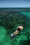Einzelner kaukasischer Mann, der im Ozean schnorchelt Lizenzfreies Stockfoto