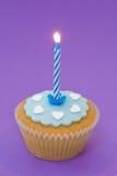 Einzelner kleiner Kuchen mit Kerze Stockfotos