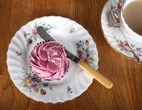 Einzelner kleiner Kuchen mit Tee lizenzfreie stockfotos