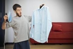Einzelner Mann erschrocken über das Bügeln Lizenzfreies Stockfoto