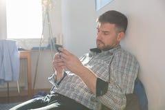 Einzelner Mann mit Mobiltelefon Stockbilder