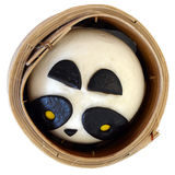 Einzelner Panda Pork Bun in einem Dampfer, lokalisiert Lizenzfreies Stockfoto