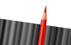 Einzelner roter Zeichenstift haftet aus der grauen Reihe heraus Stockfotografie