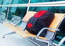 Einzelner Rucksack am Flughafen Stockfoto