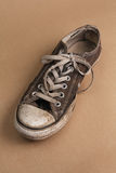 Einzelner schmutziger Schuh Stockbild