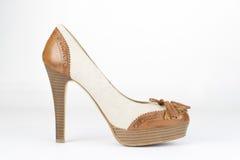 Einzelner Schuh mit der hölzernen Ferse elegant, braun und Beige Lizenzfreie Stockfotografie