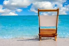 Einzelner Stuhl am Strand stockfoto
