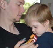 Einzelner Vater und SonTender-Moment lizenzfreie stockfotografie