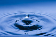 Einzelner Wassertropfen der Luft Stockbild