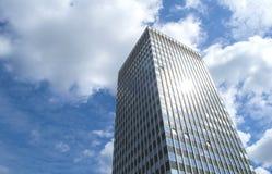 Einzelner Wolkenkratzer Stockfotos