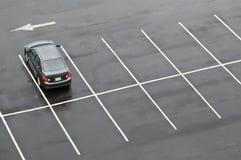 Einzelnes Auto im leeren Parkplatz Stockfotografie