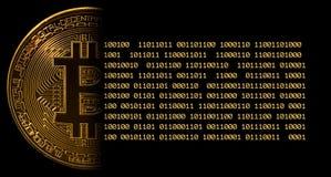 Einzelnes bitcoin Makrobild gegen Schwarzes mit Stückchen Lizenzfreie Stockfotos