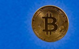 Einzelnes bitcoin mit blauem Wolkenhintergrund Stockfoto