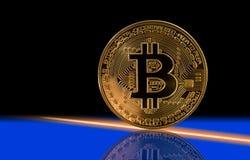 Einzelnes bitcoin mit schwarzem Hintergrund Stockbilder