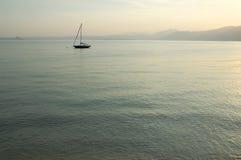 Einzelnes Boot auf dem See Lizenzfreie Stockfotos