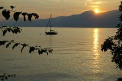 Einzelnes Boot auf dem See Stockbild